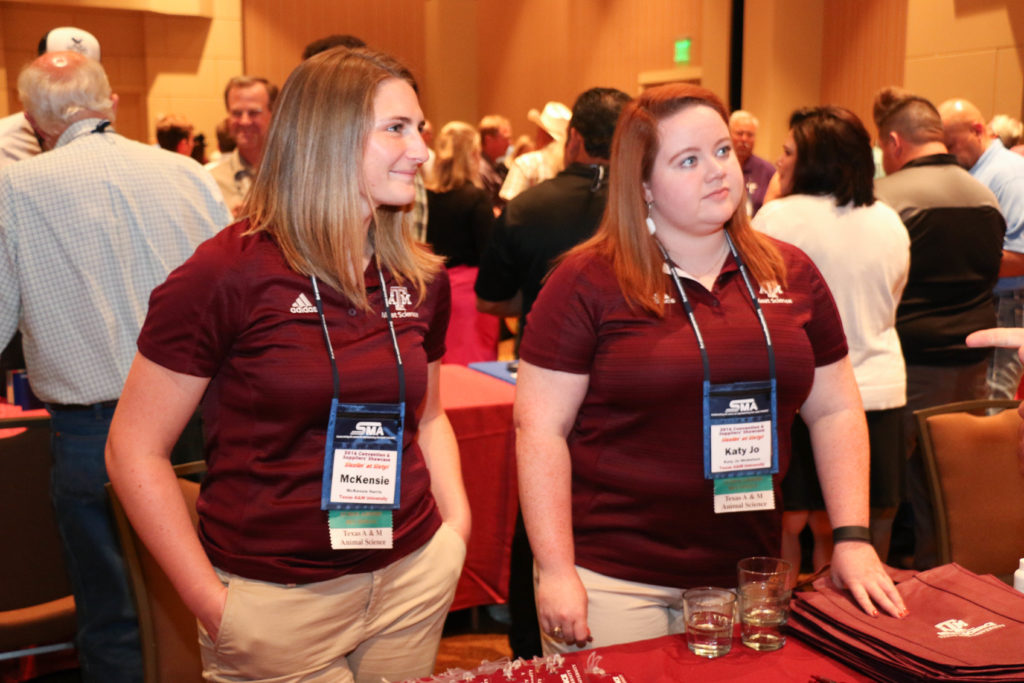 McKensie Harris and Katy Jo Nickelson visiting with Southwest Meat Association members